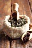 Foglie di tè in sacco della iuta Immagini Stock Libere da Diritti