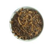 Foglie di tè secche allentate del tè nero, isolate Fotografia Stock