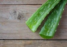 Foglie di Vera dell'aloe su legno Immagini Stock Libere da Diritti