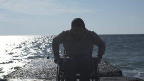 Foglie disabili dell'uomo dal pilastro video d archivio