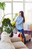 Foglie esili di pulizia di signora della pianta da appartamento Immagini Stock Libere da Diritti