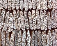 Foglie, fiori, modelli su superficie di legno dei blocchetti della muffa per il tessuto tradizionale di stampa Fondo dall'India Fotografie Stock Libere da Diritti