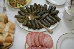 Foglie orientali dell'uva dell'alimento farcite con carne e riso Immagini Stock