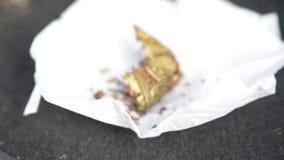 Foglie secche di tabagismo del tè di Puer video d archivio