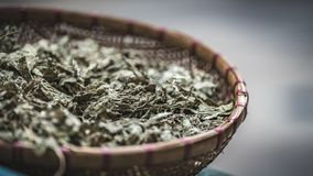 Foglie secche Herb On Wooden Tray immagine stock