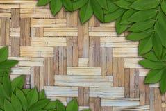 Foglie su fondo di legno, struttura delle foglie Immagini Stock