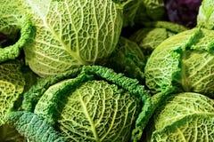 Foglie verdi openwork verdi del cavolo del cavolo verzotto del cavolo molte base di verdure del primo piano rotondo di frutti fotografie stock libere da diritti