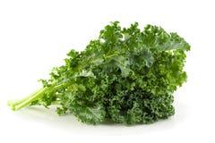 Foglie verdi organiche fresche del cavolo isolate sopra fondo bianco fotografia stock libera da diritti