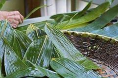 Foglie verdi per produrre gli gnocchi del riso dell'alimento del cinese tradizionale di Zongzi per Dragon Boat Festival Fotografia Stock