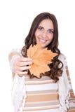 Foglio attraente della holding della donna di autunno Immagine Stock Libera da Diritti