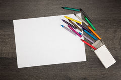 Foglio bianco bianco di carta con i pastelli variopinti Fotografie Stock Libere da Diritti