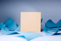 Foglio bianco giallo per le annotazioni in mezzo della menzogne blu di turbine degli strati Immagine Stock