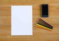 Foglio bianco, matite di carta di colore e Fotografia Stock Libera da Diritti
