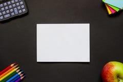 Foglio di carta bianco e cancelleria sullo scrittorio Immagine Stock Libera da Diritti