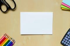 Foglio di carta bianco e cancelleria sullo scrittorio Immagini Stock Libere da Diritti