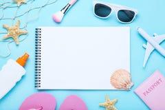 Foglio di carta con le conchiglie e gli accessori della spiaggia fotografie stock libere da diritti