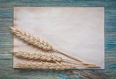 Foglio di carta del grano delle orecchie dorate della segale d'annata sul bordo di legno Immagine Stock Libera da Diritti