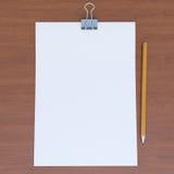 Foglio di carta e la matita sulla tavola di legno Fotografia Stock Libera da Diritti