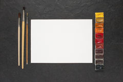 Foglio di carta i colori di acqua e sulla tavola Fotografia Stock Libera da Diritti