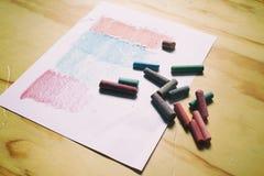 Foglio di carta i gessi di colore e Immagini Stock