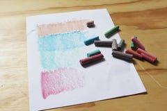 Foglio di carta i gessi di colore e Fotografia Stock