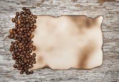 Foglio di carta invecchiato con i chicchi di caffè Fotografie Stock Libere da Diritti