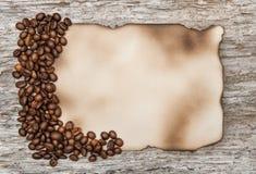 Foglio di carta invecchiato con i chicchi di caffè Fotografia Stock Libera da Diritti