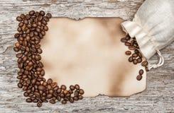 Foglio di carta invecchiato con i chicchi di caffè Fotografia Stock
