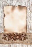 Foglio di carta invecchiato con i chicchi di caffè ed il nastro della tela da imballaggio Fotografia Stock Libera da Diritti