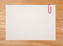 Foglio di carta per le note e la clip Fotografia Stock Libera da Diritti