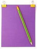 Foglio di carta porpora con la graffetta e la matita gialle Fotografia Stock