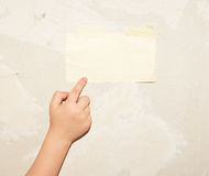 Foglio di carta sulla parete Fotografie Stock