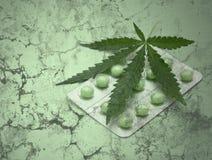 Foglio e droghe della canapa sopra struttura del grunge fotografie stock libere da diritti