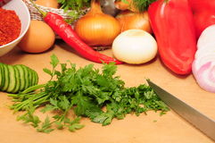 Foglio tagliato del prezzemolo e verdure grezze immagine stock
