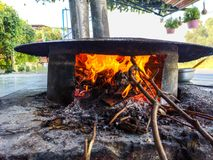 Fogo ardente a cozinhar no forno fotos de stock royalty free