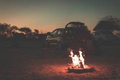 Fogo ardente do acampamento no crepúsculo no local de acampamento, Botswana, África Aventuras e exploração do verão nos parques n Imagens de Stock Royalty Free
