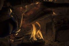 Fogo ardente em uma lareira Imagem de Stock