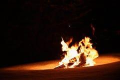 Fogo ardente no inverno na neve e na noite bonfire fotografia de stock