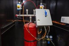 Fogo automático industrial - sistema extinguindo, armário com o balão da espuma da luta contra o incêndio, nitrogênio e unidade d imagens de stock