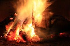 Fogo brilhante na chaminé. Fotografia de Stock