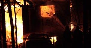 Fogo da casa com chama intensa Fogo inteiramente tragado da casa video estoque