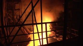 Fogo da fornalha industrial O fogo acende da fornalha industrial Fornalha de aço video estoque