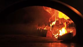 Fogo da fornalha Videoclip de lenha ardente na chaminé Queimadura da lenha no forno zumbido completo de 30fps HD video estoque