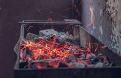 Fogo da noite Preparação para um assado Faíscas, flashes, carvão foto de stock royalty free