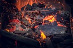 Fogo da noite Preparação para um assado Faíscas, flashes, carvão foto de stock