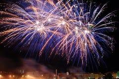 Fogo-de-artifício acima da cidade imagens de stock royalty free