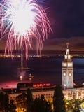 Fogo-de-artifício acima do edifício da balsa Fotografia de Stock Royalty Free