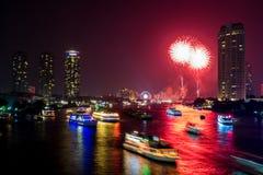 Fogo de artifício bonito sobre o rio Fotos de Stock