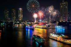 Fogo de artifício bonito sobre o rio Imagem de Stock
