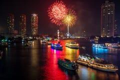 Fogo de artifício bonito sobre o rio Fotografia de Stock